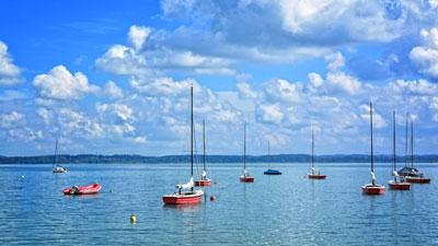 Wahren Wind bestimmen beim Segeln mit geankerten Booten